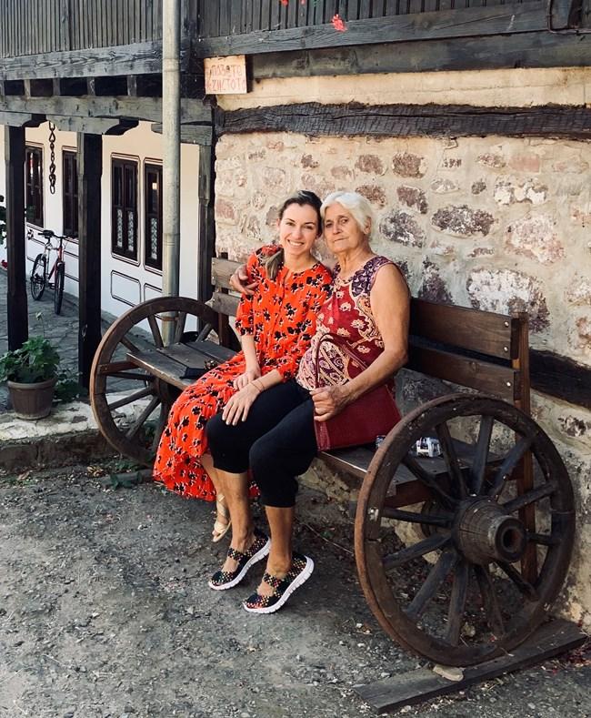 Боряна с баба Пенка на Чипровския манастир