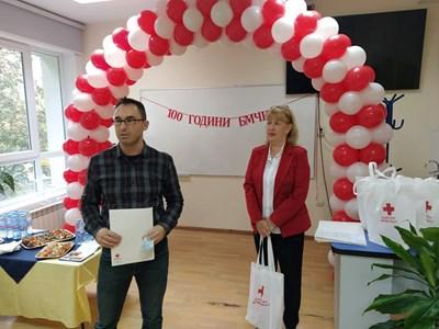 Шефката на БЧК Таня Георгиева връчи грамота на Петър Аджеларов, той пък се просълзи. Снимки: Авторът