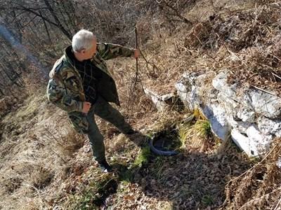 Мъж от Асеновград е дошъл да си налее от целебната вода. Снимка: Авторката