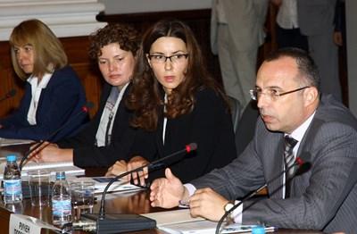 Вицепремиерът Илияна Цанова и министърът на финансите Румен Порожанов обясняват, че 166 млн. лв. няма да бъдат получени от Брюксел СНИМКА: ПИЕР ПЕТРОВ