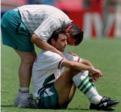 Димитър Пенев и Христо Стоичков след мача за третото място в САЩ преди 25 години.