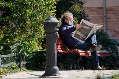 Мъж чете вестник във Венеция, за да се информира какво се случва в страната и по света.