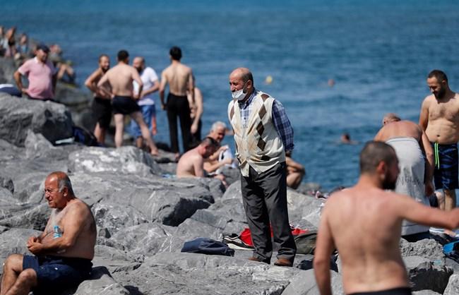 Турците вече се престрашиха да ходят на плаж - някои с маски, други - без.