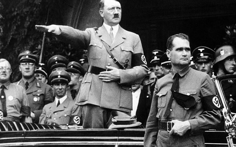 Хес (отпред вдясно) и Хитлер на парад