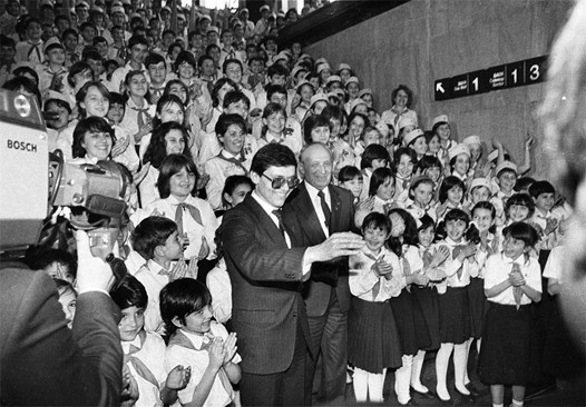 Тодор Живков и Андрей Бунджулов (с очилата), първи секретар на ЦК на ДКМС, сред пионерите, дошли да поздравят делегатите на ХІІІ конгрес на БКП през 1986 г. в НДК.  Снимка: ИВАН ГРИГОРОВ