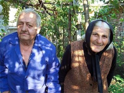 Иван и Радка Трифонови от плевенското село Ставерци са щастливи, че синът им Тодор се обадил след повече от 15 години.  СНИМКА: ПОЛИНА СУРДЖИЙСКА