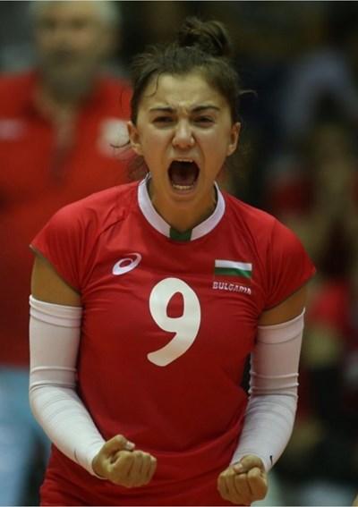Борислава  Личева изразява радостта си с екипа на националния отбор.