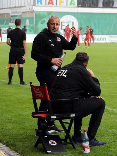 """Треньорът на """"Виктория"""" Павел Дочев се ядосва по време на мача срещу """"Кемницер"""", спечелен от неговия тим с 3:2.  Снимка: фейсбук на """"Виктория"""""""