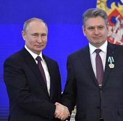 Едва на 1 ноември информира прокуратурата, която гледа по телевизията как руският президент награждава българина