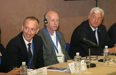 Министър Красимир Вълчев и кметът Здравко Димитров (вдясно) бяха сред гостите на конференцията СНИМКА: Евгени Цветков