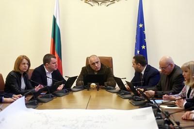 Премиерът Бойко Борисов, кметовете на София и Перник и част от министрите обсъждат решението на водната криза.