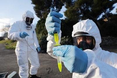 Френски експерти вземат проби от канализацията в Марилия, за да ги изследват за наличие на новия щам на коронавируса. СНИМКА: РОЙТЕРС