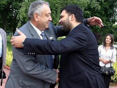 Сега ще ни покажат как се целуваме като дядо ми и Брежнев, коментира Тодор Славков, след като разцелува ген. Кирил Войнов и го подкрепи в кампанията.