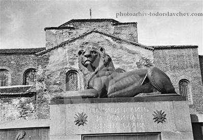 """Архивна снимка от началото на 40-те години, когато лъвът е бил на постамент пред църквата """"Св. София"""". СНИМКА: 24 часа"""