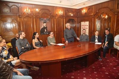 """Музиката на """"Зографът Захарий"""" е мелодична, макар и да използва лайтмотиви, каза диригентът Велизар Генчев (в средата)"""