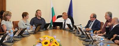 Премиерът Бойко Борисов разговаря в сряда с председателя на БАН акад. Юлиан Ревалски и с шефа на НИМХ проф. Христомир Брънзов (вдясно).