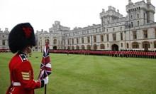 Голям скандал в Лондон! Охранители на кралицата пиянстват и се бият недалеч от замъка й