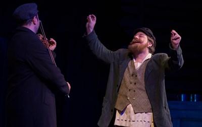 """Александър Мутафчийски в ролята на Тевие от мюзикъла """"Цигулар на покрива"""""""