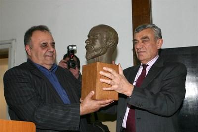 Антропологът проф. Йордан Йорданов дарява на директора на НИМ проф. Божидар Димитров възстановка на главата на цар Самуил.