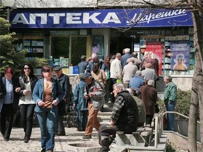 Опашки се вият всеки ден пред аптеките на Марешки в Шумен.  СНИМКА: СТОЯН НИКОЛОВ