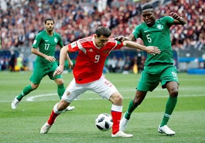 Алан Дзагоев се бори с играч на Саудитска Арабия, преди да се контузи. СНИМКА: РОЙТЕРС