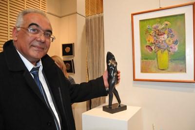 Преди сватбата на Александра Арабаджиева и Стайко Стайков през 2011 г. кметът на Карнобат Георги Димитров показва скулптурата, която ще им подари. СНИМКА: ЕЛЕНА ФОТЕВА