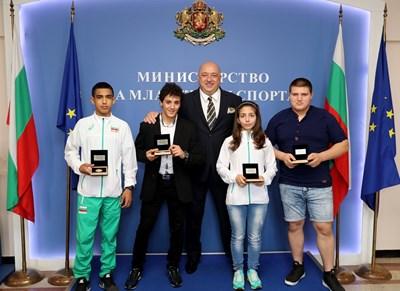 Красен Кралев награди медалистите от Европейското по борба за кадети СНИМКИ: пресцентърът на спортното министерство