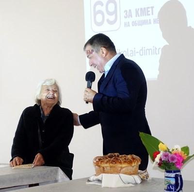 Възрастна жителка на Паницово трогна Николай Димитров, който бе посрещнат с питка и стихотворение, посветено на успешната му работа като кмет.