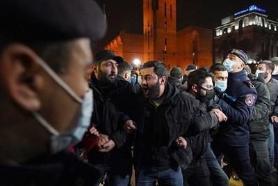 Протести в Ереван Снимки: Ройтерс