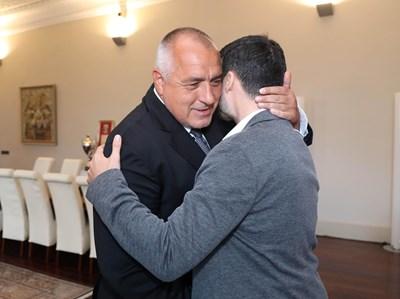 Премиерът Бойко Борисов посрещна сърдечно Желяз Андреев в кабинета си.  СНИМКА: Пресслужба На Министерския Съвет