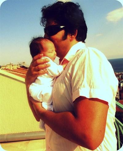 Виктория още е бебе, а баща  я целува. СНИМКИ: ЛИЧЕН АРХИВ