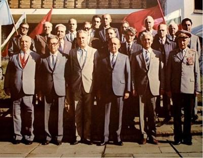 Политбюро и Секретариатът на ЦК на БКП. В средата е Тодор Живков, вдясно от него е Александър Лилов