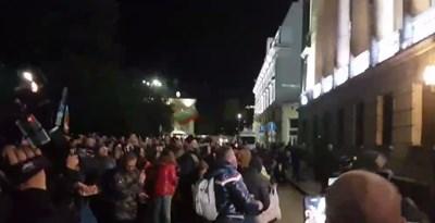 Около 21 ч. протестиращите хвърляха яйца и домати по Министерството на отбраната КАДЪР: БНТ