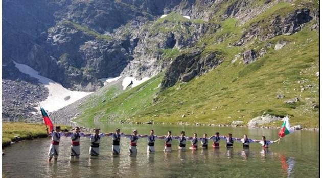 До 5000 лв. глоба грози мъжете, които танцуваха хоро във водите на Рилските езера
