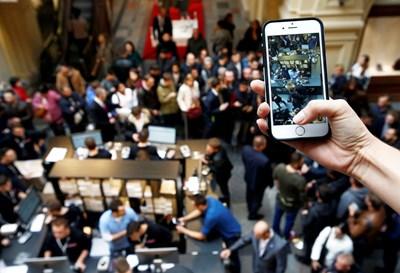 """Заради неизгоните условия, предложени от Apple за продажбата на iPhone, от """"Виваком"""" са подали жалба в КЗК. СНИМКА: СНИМКА: РОЙТЕРС"""