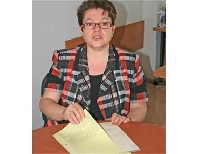 Даниела Асенова от НОИ обяснява какви са новите изисквания към болничния лист.  СНИМКИ: ТОНИ ПЕЛТЕКОВА