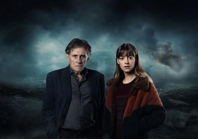 """Гейбриъл Бърн и Дейзи Едгар Джоунс са в главните роли във втория сезон на """"Война на световете"""". Той е проф. Уорд, а тя - Емили.   СНИМКА: SИМОН RIDGWAY/ URBAN MYTH FILMS/FOX"""