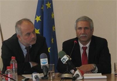 Министърът на труда и социалната политика Тотю Младенов и посланикът на Израел Шаул Камиса Раз. Снимка: МТСП
