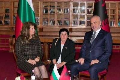 Вицепрезидентът Илияна Йотова разговаря в Тирана с албанския премиер Еди Рама. СНИМКА: Пиер Петров