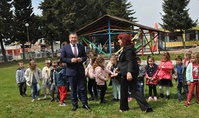 """Кметът Николай Димитров сред децата в """"Слънчице"""", която ще се разширява със средства от общинския бюджет."""
