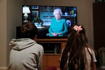 Това бе едва петият път, когато кралица Елизабет Втора прави специално телевизионно обръщение, откакто е заела престола на Обединеното кралство в средата на миналия век. Снимки: Ройтерс