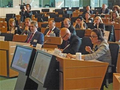 Председателят на Съюза на издателите в България  Любомир Павлов (на първия ред вляво) на медийната среща в Брюксел СНИМКА: АВТОРЪТ