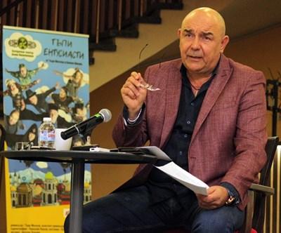 Калин Сърменов разказва как театъра вече има свой химн. СНИМКА: Румяна Тонeва