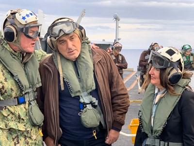 Премиерът на България Бойко Борисов и посланик Херо Мустафа летяха в небето и кацнаха на вода днес. Снимки посолство на САЩ в България