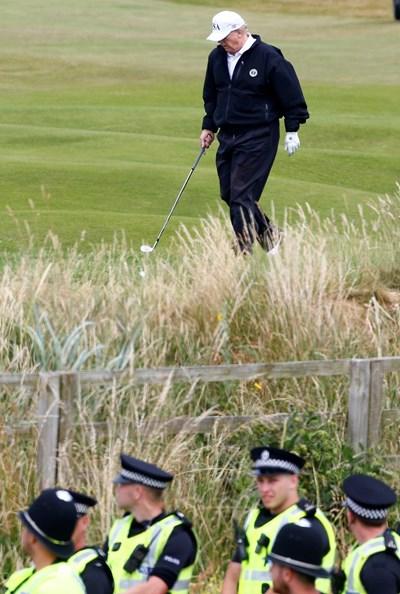 Тръмп поигра голф в клуба си в Търнбъри...