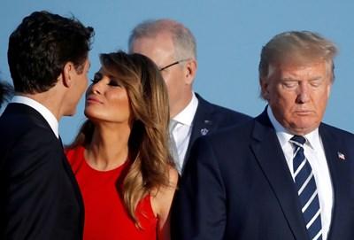 Мелания Тръмп гледа нежно Джъстин Трюдо, докато го целува по време на общата снимка в Биариц, а Тръмп стои мрачен и се прави, че нищо не е видял. СНИМКА: РОЙТЕРС