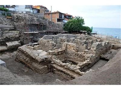 """При разкопките на църквата """"Свети Николай Чудотворец"""" в центъра на Созопол бе открит скелет на вампир, прободен с железен кол. Снимка: Лина Главинова"""