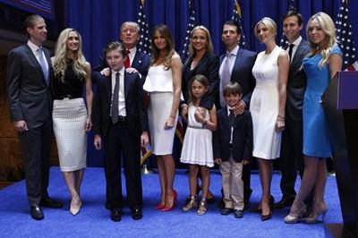 Кланът Тръмп позира след избора на Доналд Тръмп за 45-ия президент на САЩ.