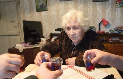 Тодорка Ангелова - най-възрастната акушерка в Силистра – на 86 години. СНИМКИ: АВТОРКАТА