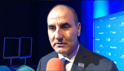"""Цветанов е със значка """"VOTE MANFRED"""" на ревера"""